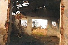 Bývalý objekt ovčínu u vstupu do chráněné krajinné oblasti Bílých Karpat doslova každého návštěvníka bije svým zanedbaným stavem do očí.