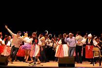 Všichni účinkující, brazilští i ti z uherskobrodských souborů, nakonec vystoupili na pódiu společně.