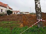 Demolice zchátralého školního statku uvolňuje místo k výstavbě domů.