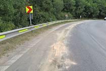 Kvůli kapalině na silnici dostal řidič motocyklu smyk, policisté hledají svědky.