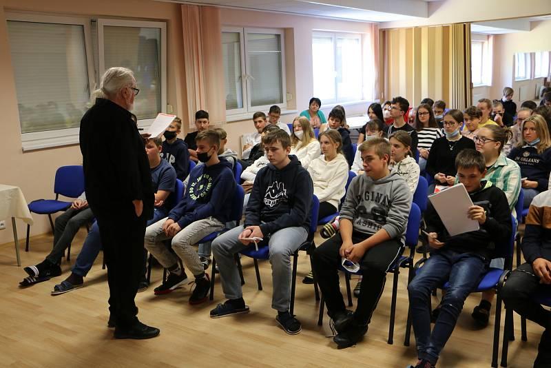 Ve Strání zahájili Týden knihoven besedou se spisovatelem Jiřím Jilíkem.