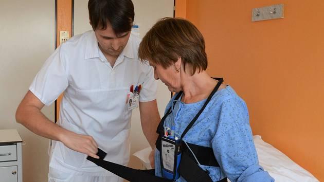 Pacientka Helena chodí do nemocnice na dechové rehabilitace, kde se učí správně dýchat.