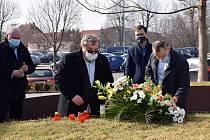 Představitelé Uherského Brodu v čele se starostou Ferdinandem Kubáníkem uctili ve středu 24. února položením květin a zapálením svíček památku obětí tragické události, která město poznamenala v roce 2015.