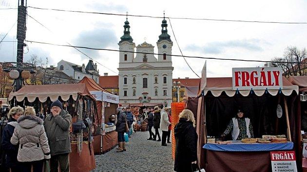 Na Masarykově náměstí vUherském Hradišti byl vsobotu odstartován patnáctidenní vánoční jarmark.
