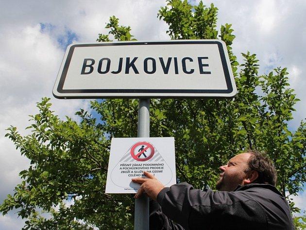 Instalace cedule upozorňující v Bojkovicích na zákaz podomního a pouličního prodeje.