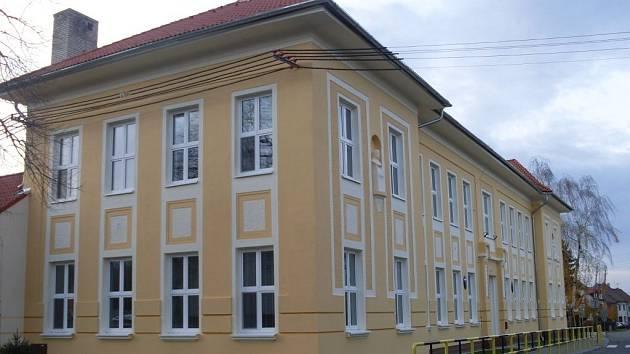 Byla sice sobota odpoledne 10. listopadu, ale v základní škole v Horním Němčí se to přesto hemžilo lidmi. Přišli se podívat, jak vypadá ona čerstvá stoletá jubilantka, jejímiž třídami drtivá většina z nich v minulosti prošla.