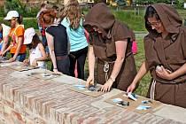 PUTOVÁNÍ PO STOPÁCH CÍSAŘE. Sto osmdesát dětí šlo v sobotu ve šlépějích Karla IV. a plnilo při tom nejrůznější úkoly.