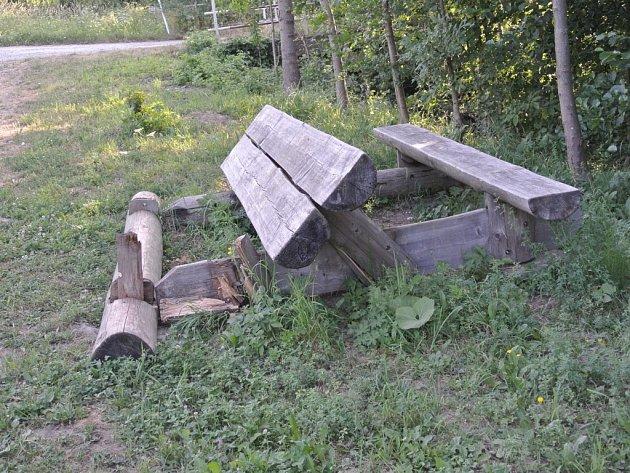 Pozornosti vandalů v Březové neuniklo venkovní posezení ani autobusová zastávka.