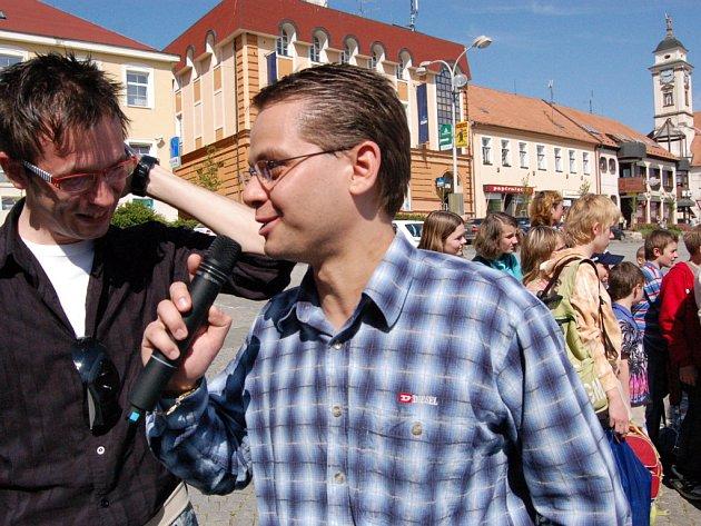 Martin Nevyjel, šéfredaktor Slováckého deníku (vpravo) v rozhovoru s hercem Slováckého divadla Josefem Kubáníkem.