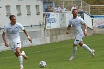 Fotbalisté Slovácka (v bílých dresech) účastníka druhé nejvyšší soutěže porazili jednoznačně 5:0.