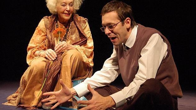 Květa Fialová a Josef Kubáník v divadelní hře Harold a Maud. Ilustrační foto.