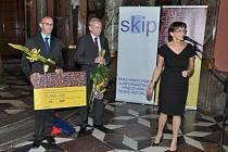 Ředitel knihovny Radovan Jančář (vlevo) s hradišťským místostarostou Evženem Uhrem převzali ocenění z rukou ministryně kultury Aleny Hanákové.
