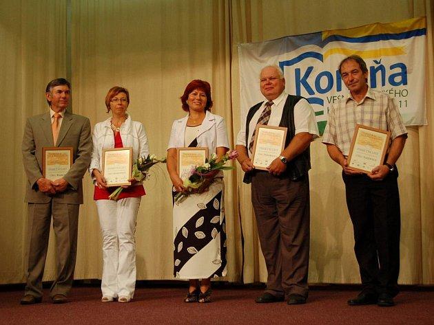 Pamětní desky, stuhy a finanční odměny převzali zástupci obcí v malé vesničce Komňa.