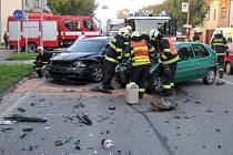 Uherskohradišťští hasiči napřed uhasili požár felície, pak zasahovali u srážky čtyř aut