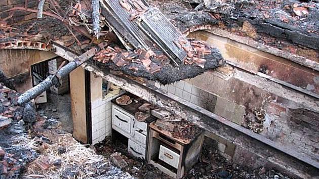Plameny vyšlehly v letní kuchyňce, kde se nahromadil uniklý plyn. Ten pak vybuchl a prorazil strop, který totálně zlikvidoval následný požár.