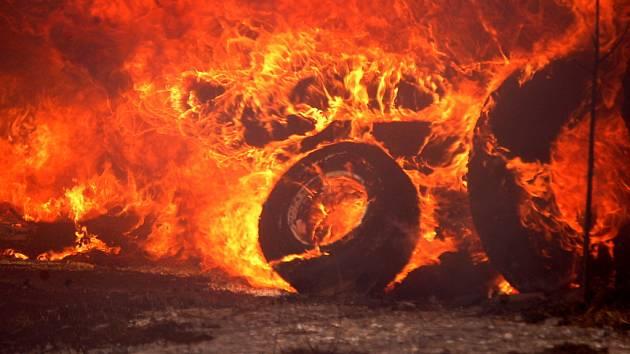 Plameny ničily tuny pneumatik.