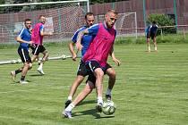 Zkušený obránce Petr Reinberk (u míče) prodloužil ve Slovácku smlouvu o dva roky.