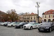 V jedno velké parkoviště se v pondělí 29. října dopoledne proměnilo Masarykovo náměstí v Uherském Hradišti. To bylo pro běžné řidiče už od nočních hodin uzavřeno, aby na něm hned po ránu mohly parkovat desítky vládních limuzín, policejních aut i autokarů.