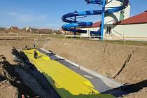 Základy stavby venkovních bazénů a jejich betonáž u CPA Delfín v Uherském Brodě.