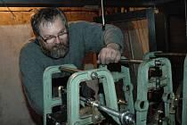 Hodinář Jiří Landa při kompletaci opraveného stroje věžních hodin velehradské baziliky.