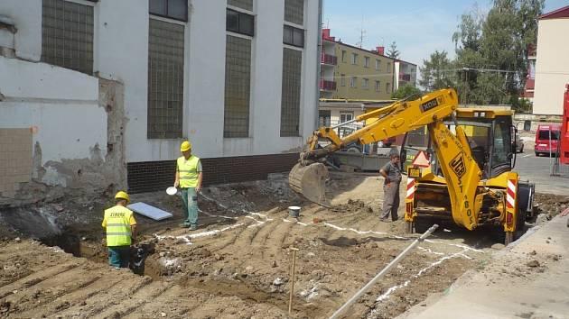 Na výstavbě dětského centra Smajlíkov už dělníci intenzívně pracují. Děti si budou moci tamní atrakce vyzkoušet v říjnu nebo listopadu letošního roku.