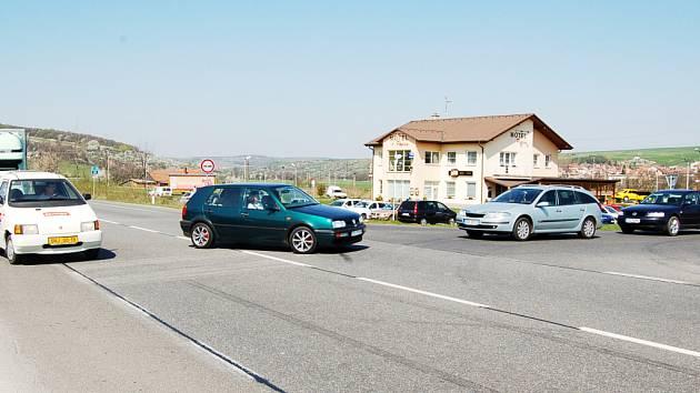 Křižovatka u motorestu Pepčín čeká na řešení odbočovacího pruhu už několik let.