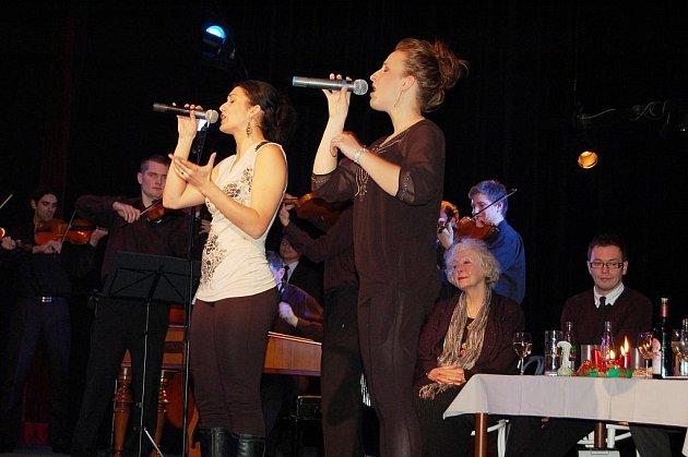 Harafica vystupovala ve Slováckém divadle společně s herci, přišla i Květa Fialová.