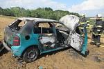 Auto vjelo na pole a začalo hořet. Ve stejný den hořel na poli i traktor