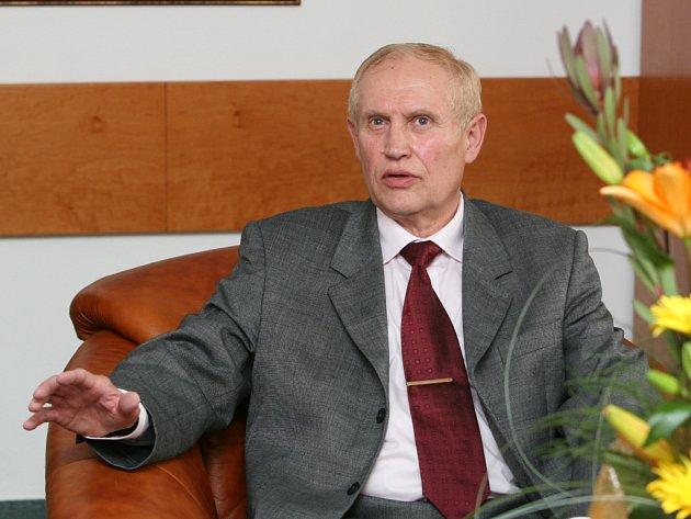 Ignác Hoza bude příští čtyři roky stát v čele zlínské Univerzity Tomáše Bati .