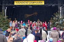 Děti z mateřinek zpívaly na hradišťském vánočním jarmarku.