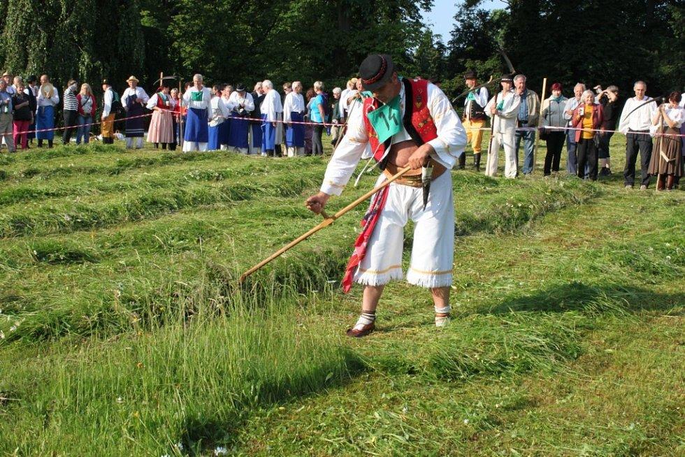 Zámecká louka v Buchlovicích ožila v neděli už pojednadvacáté stovkami zpěváků, muzikantů, sekáčů a diváků.