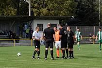 Fotbalisté Ořechova (v bílých dresech) prohráli v Ostrožské Nové Vsi 0:1 a přišli o letošní neporazitelnost.