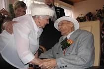 Ludmila Martináková a Otta Erban uzavřeli manželství. Dohromady je jim 190 let.
