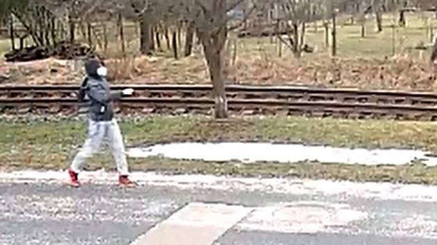 Bojkovice: vlak zastavil těsně před pražcem položeným přes koleje. Zná někdo muže na snímku?