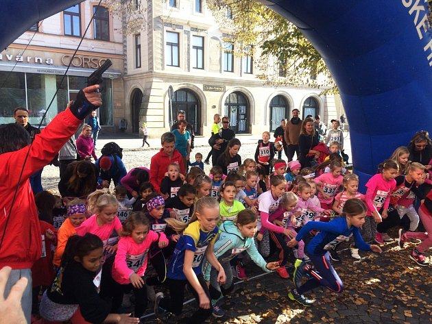 Na start závodu minižákyň se postavilo 44malých běžkyň.