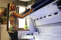 Pracovníci solárií v těchto dnech před letními prázdninami čelí velkému zájmu veřejnosti o umělé opalování.