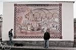 Slovácké Velikonoce na televizní obrazovce. František Pavlica se synem a nástěnná malba (Příjezd Augusta Rodina do Hroznové Lhoty).