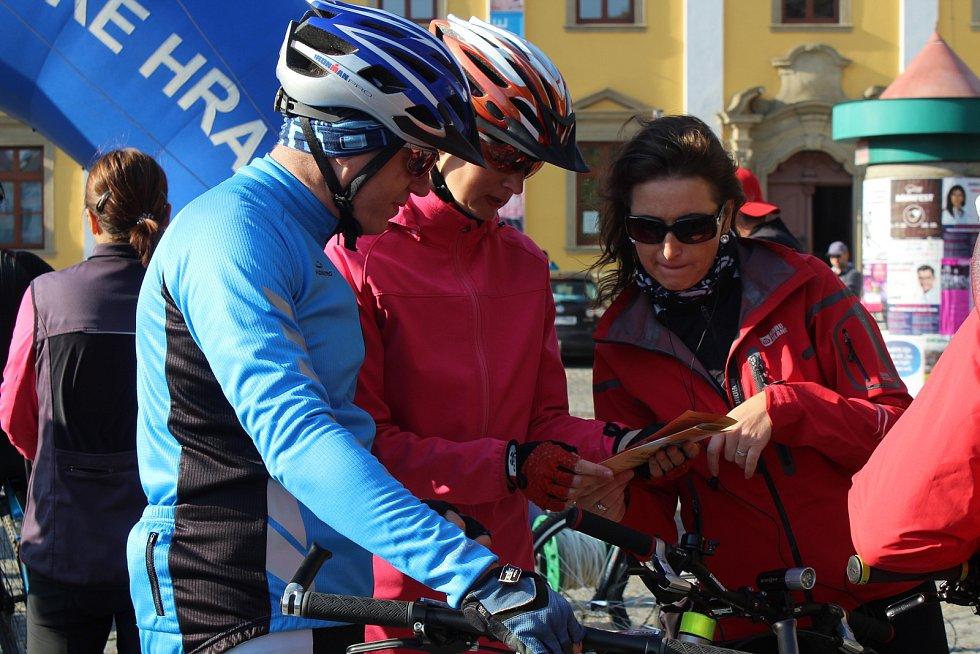 Více než 700 cykloturistů neodolalo o volební sobotě slunečnému počasí s teplotami kolem dvacítky a zapojilo se do 13. ročníku symbolického zavírání cyklostezek s názvem Na kole vinohrady.