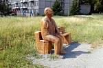 Dřevěné plastice J. A. Bati chybí pravá ruka. Někdo ji totiž buďto ukroutil a položil sedícímu Baťovi na rameno, nebo jen nevydržela nápor zájmu kolemjdoucích.