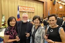 Na recepci u příležitosti Národního dne Taiwanu v Praze v roce 2014. Jiří Jilík (uprostřed) s reprezentantkami Taiwanu v ČR a s manželkou.