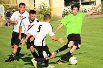 Fotbalisté Uherského Ostrohu (v bílém) porazili ve 4. kole okresního přeboru Bílovice 4:3.