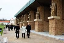 Účastníci slavnostního aktu si prohlédli omlazené centrum poutního místa.