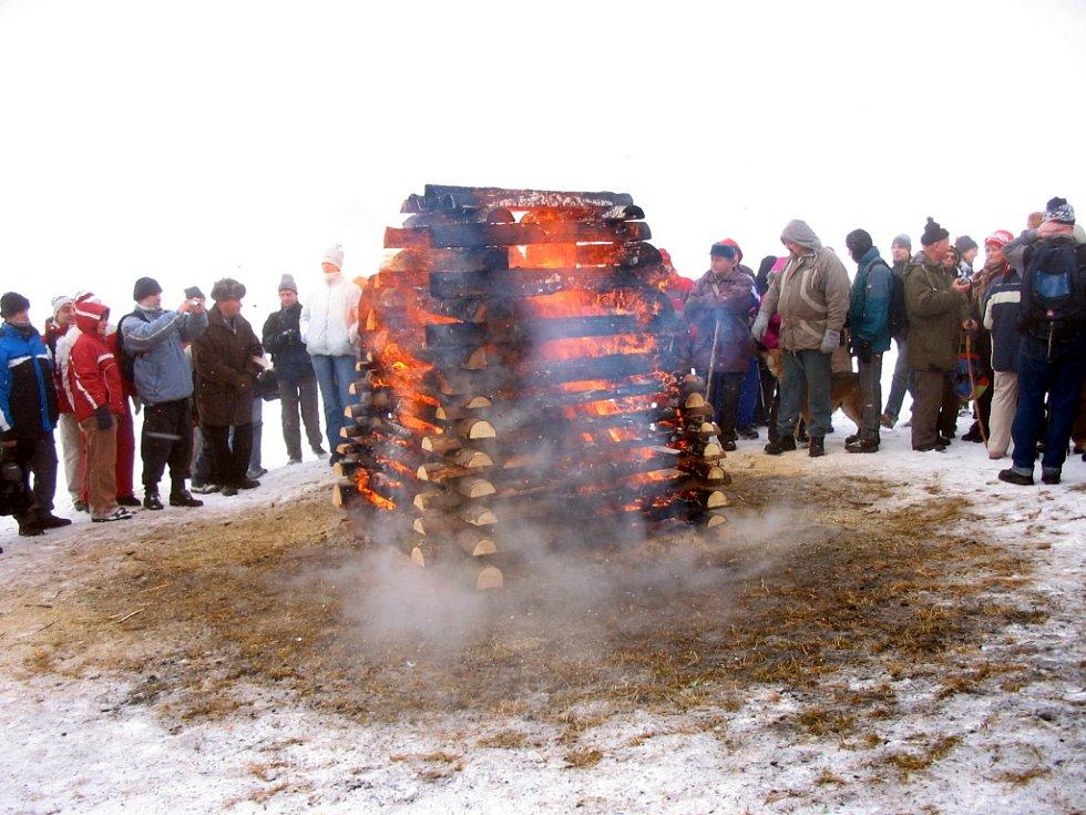 Vatra přátelství musela být o Silvestru na Javořině zapálena podruhé. Neznámí vandalové ji totiž zažehli, už s předstihem připravenou na druhý svátek vánoční.