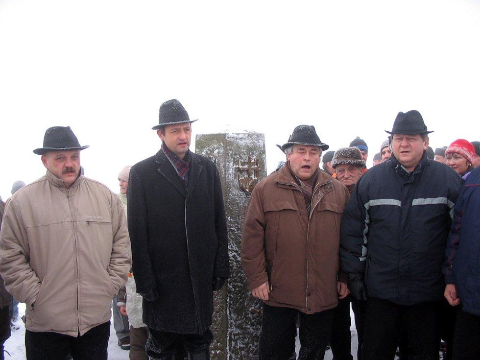 Netradičně se na bělokarpatském vrcholu v blízkosti hraničního kamene bratrství obou národů představil také mužský pěvecký sbor z Kunovic.