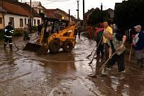 Následky červnové povodně stále odstraňují například v Bystřici pod Lopeníkem. Ilustrační foto.