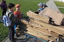 SBĚROVÁ AKCE. Do sběru starého papíru se zapojili nejen školáci, ale i jejich rodiče i prarodiče.