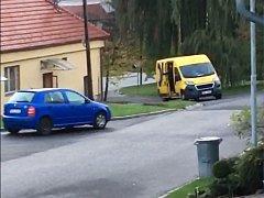 Doručovatel pošty ve Strání házel s balíky, zřejmě přijde o práci.