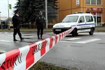 Policejní zásah po střelbě v restauraci Družba (na snímku v pozadí) v Uherském Brodě.