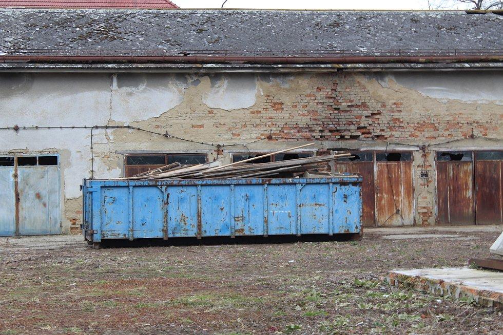 Vyklízení, zaměření a oprava střechy. Stamilionové opravy věznice v Uherském Hradišti začaly.