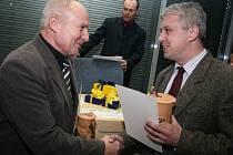 Hlavní cenu, keramickou popelnici, předal  starosta  Kunovic Jiří Vařecha (vlevo).